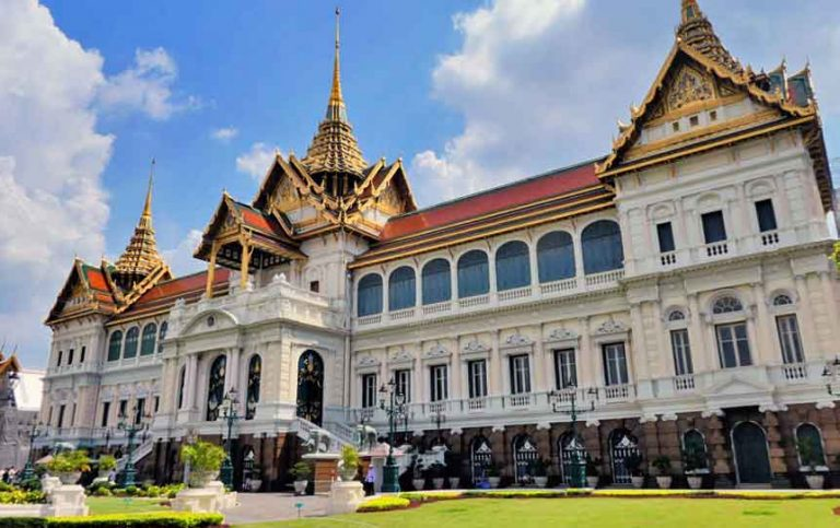 The perfect 4 day Bangkok itinerary featuring all the best temples, floating markets, museums, sky bars and more. Find about making the most of your time in the 'Land of Smiles' along with all the top things to see and do to for the perfect 4 days in Bangkok. The only 4 days in Bangkok guide you'll need. #SouthEastAsia #Thailand #Bangkok